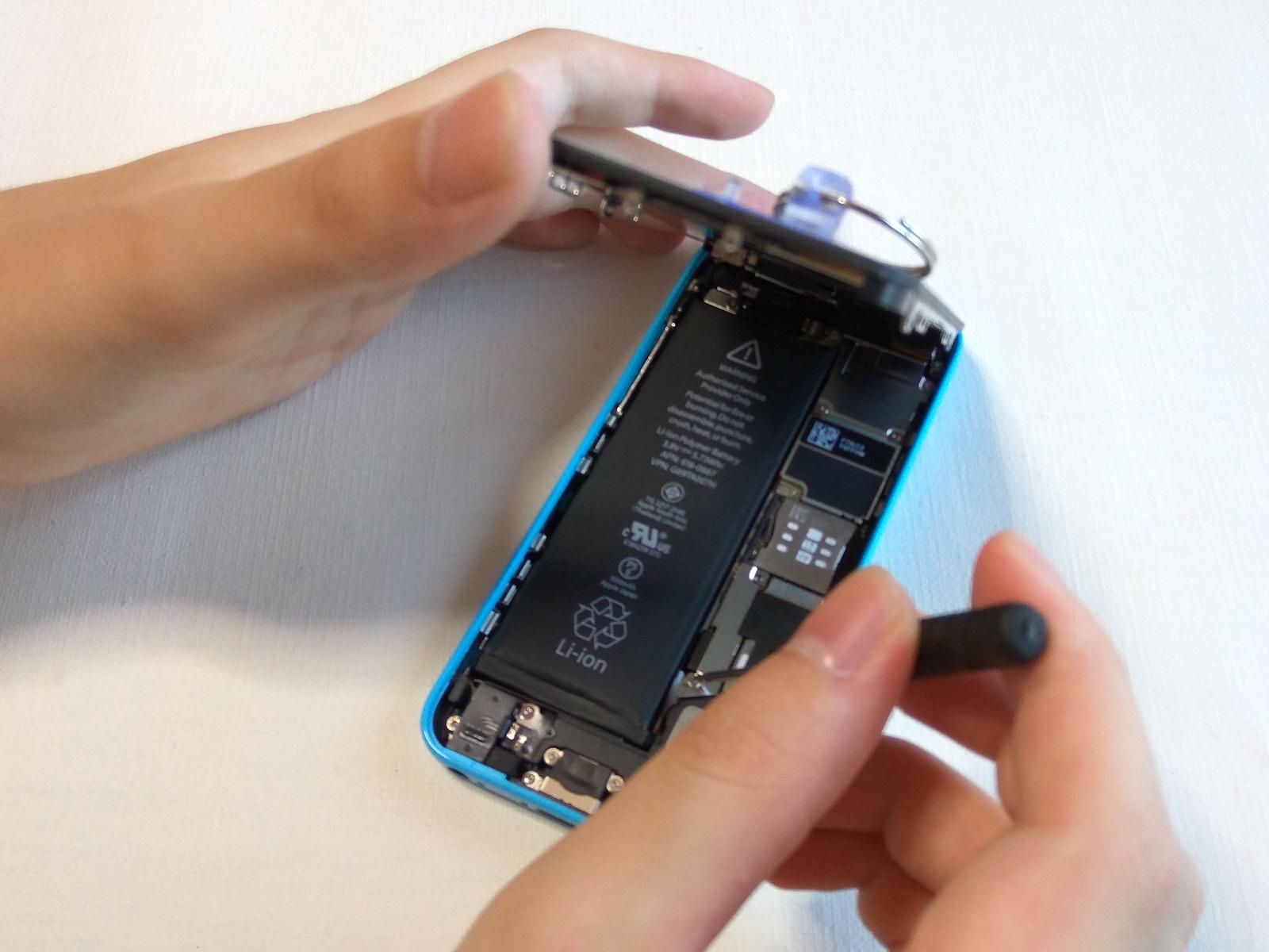 iPhone 5c バッテリー交換 保護プレートを外す