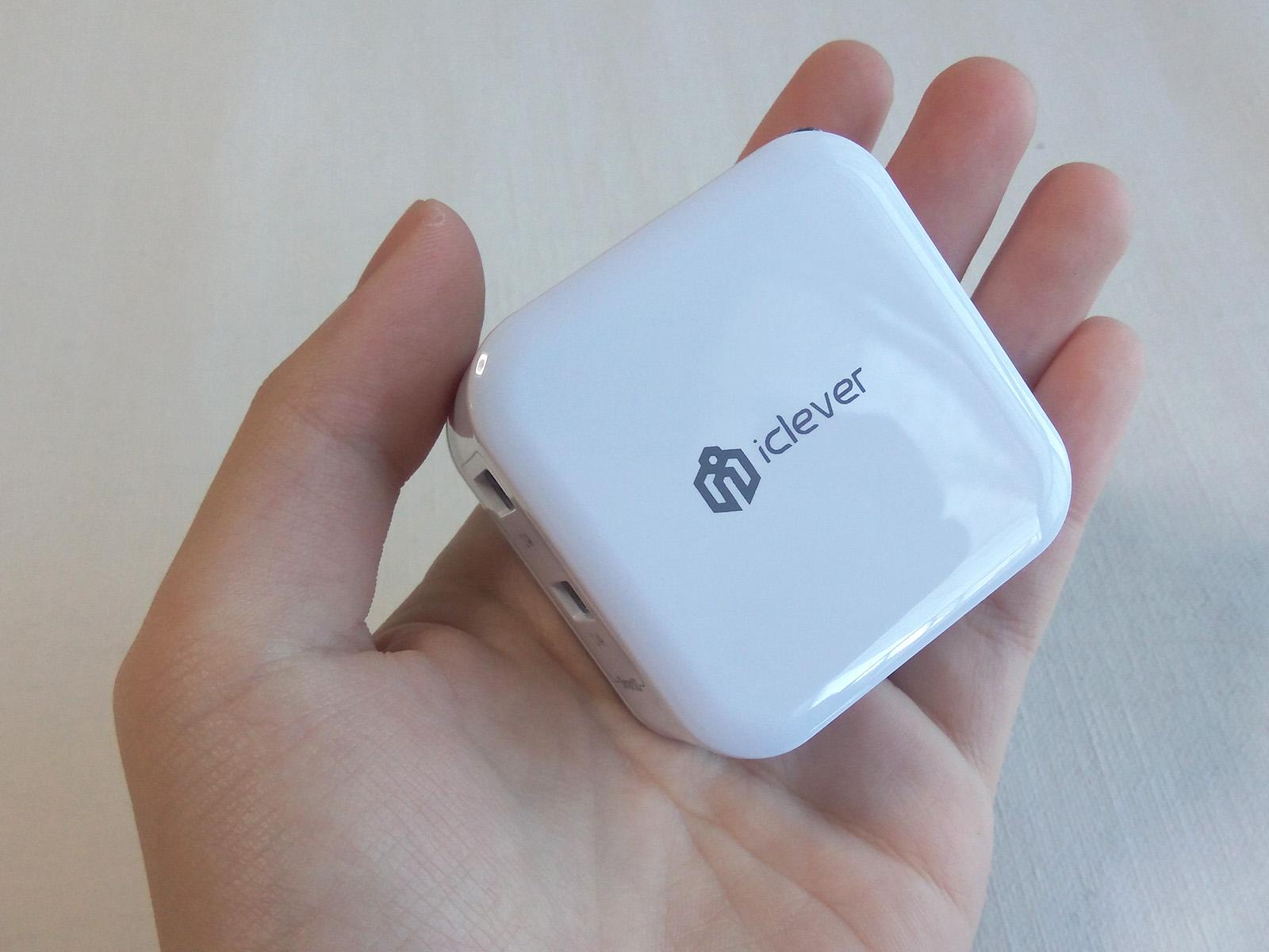 iClever USB充電器 手に収まるほどのサイズ感