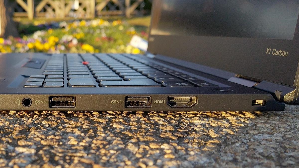 Lenovo ThinkPad X1 Carbon 右側面