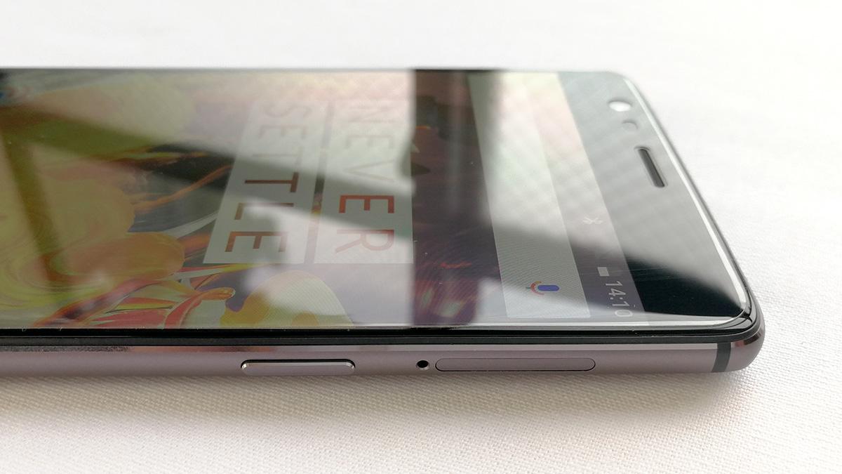 OnePlus 3T 電源ボタンとSIMカードスロット
