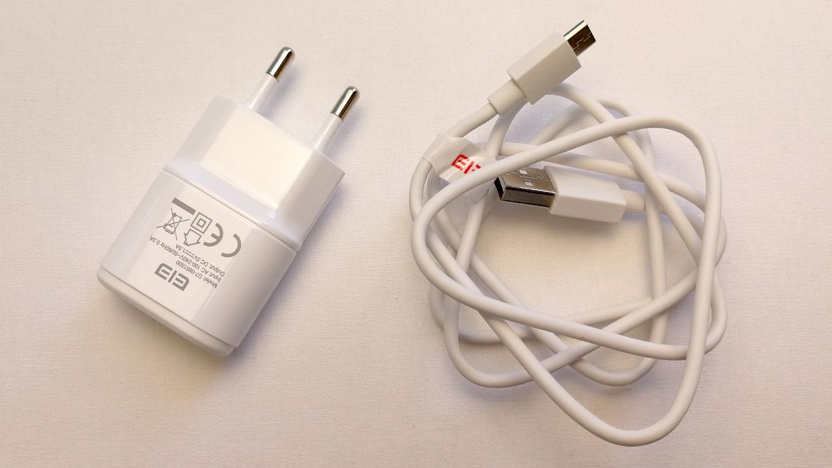 Elephone P8 mini 充電器とケーブル