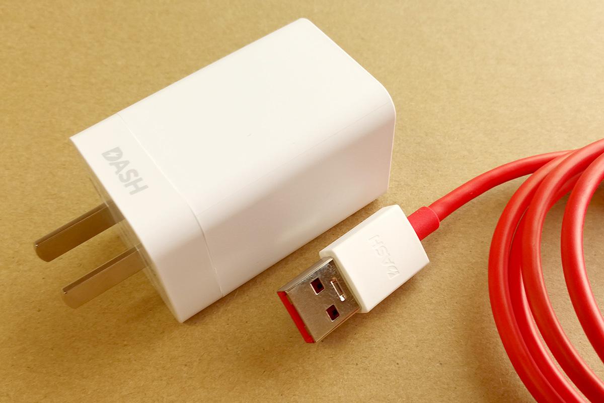 OnePlus 5 充電器とケーブル