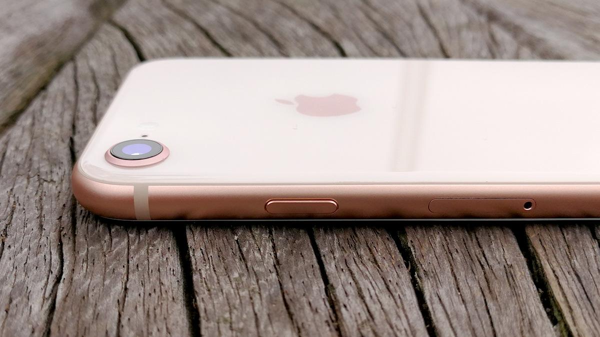 iPhone 8 電源ボタンとSIMカードスロット