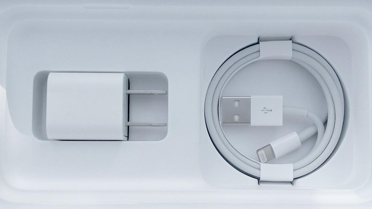 iPhone X 充電器とケーブル