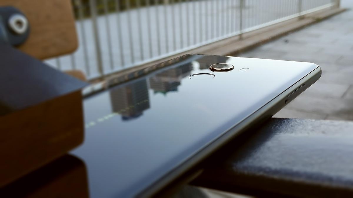 Xiaomi Mi MIX 2 メタルフレームとセラミック背面
