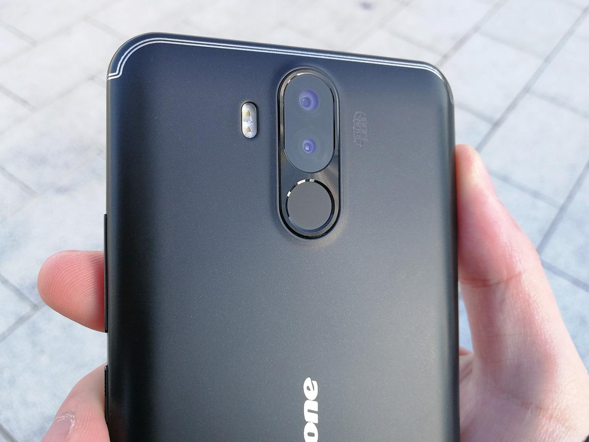 Ulefone Power 3 背面のデュアルカメラと指紋認証センサー