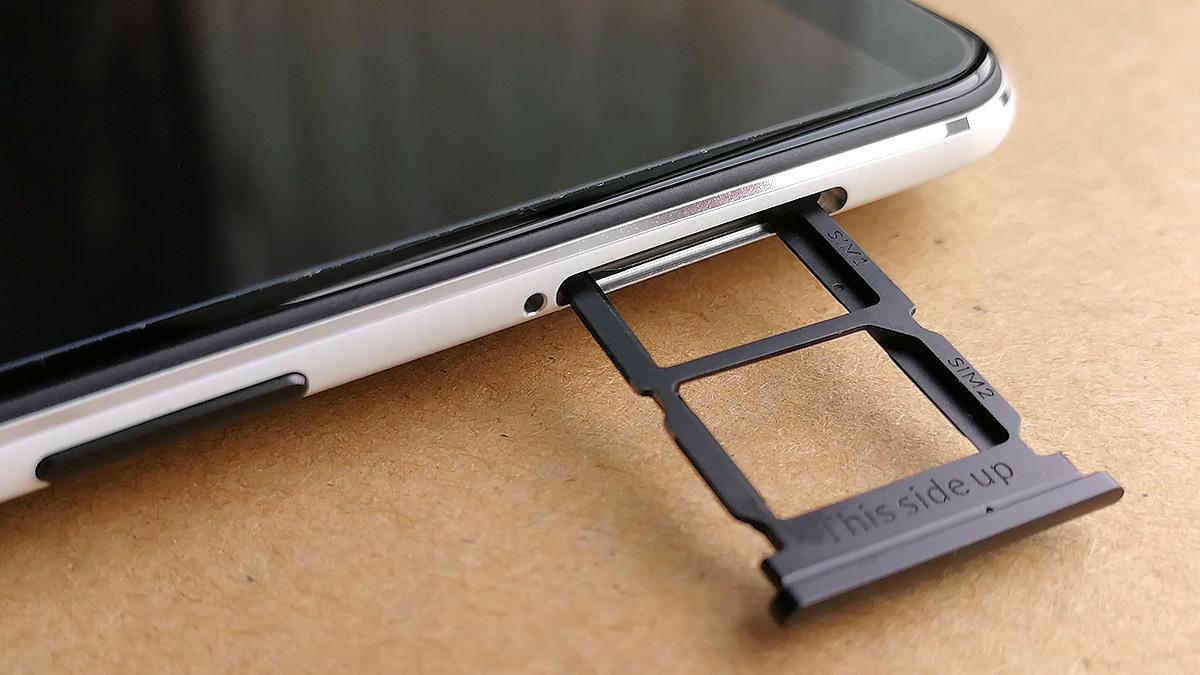 OnePlus 5T 電源ボタンとSIMカードスロット