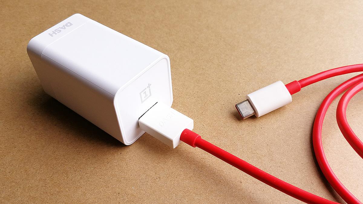OnePlus 5T 充電器とケーブル