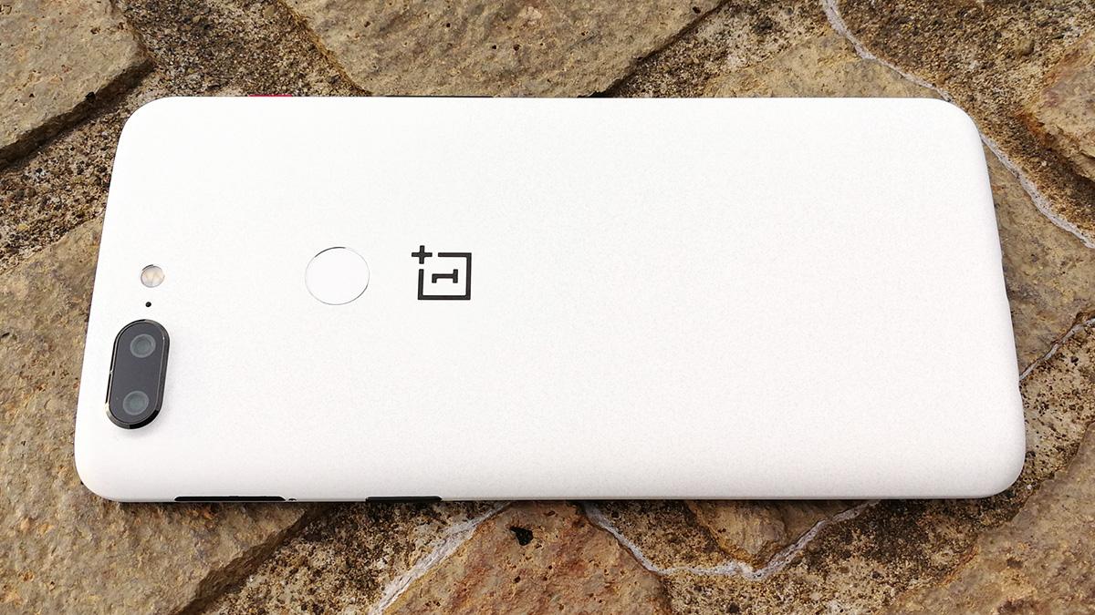 OnePlus 5T サンドストーン・ホワイト 背面