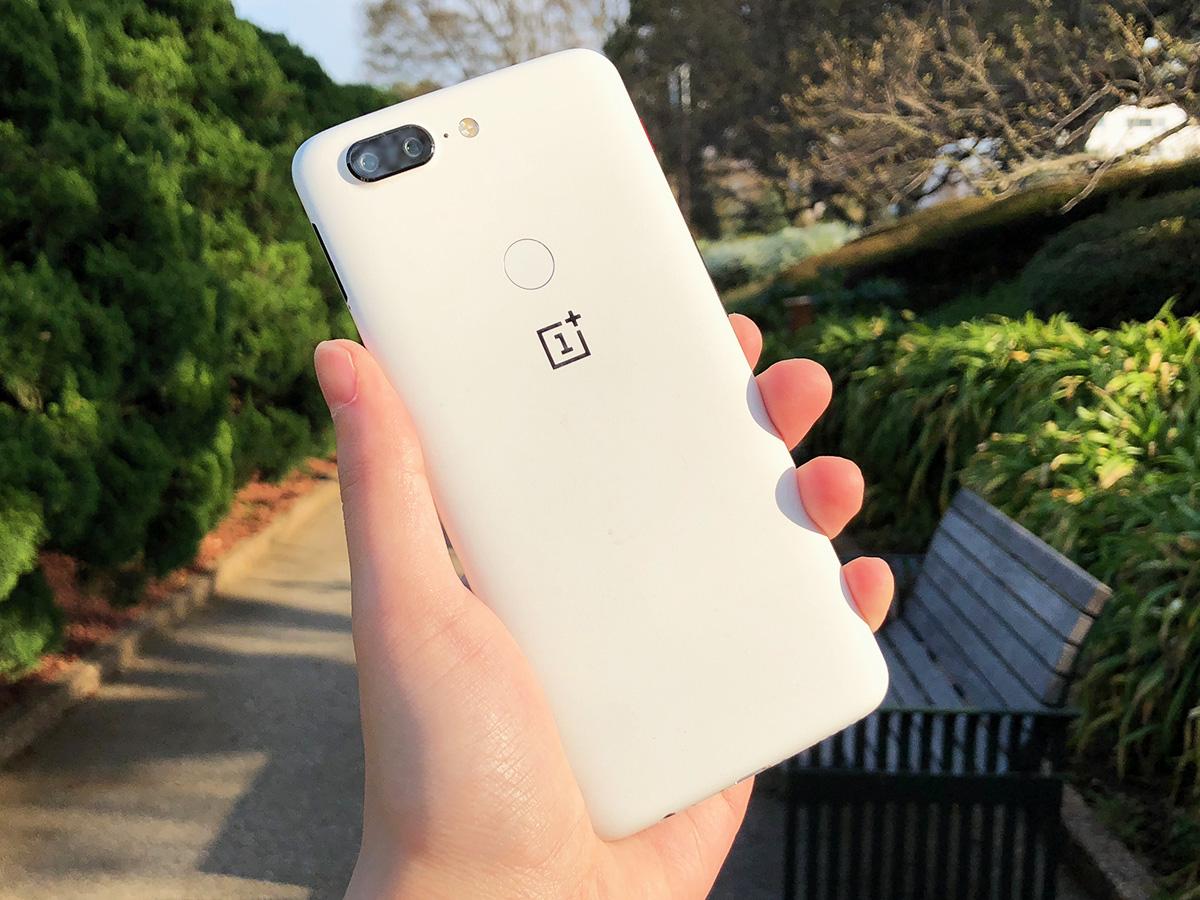 OnePlus 5T サンドストーン・ホワイト 西陽を浴びる背面