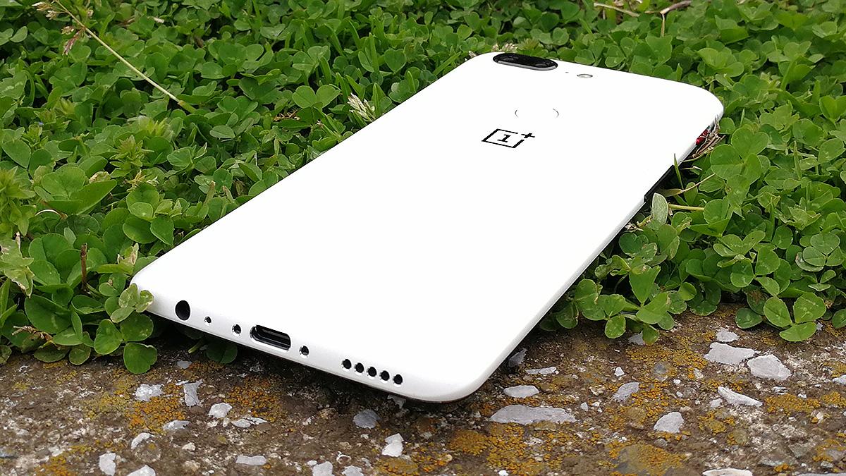 OnePlus 5T サンドストーン・ホワイト 緑と映える背面
