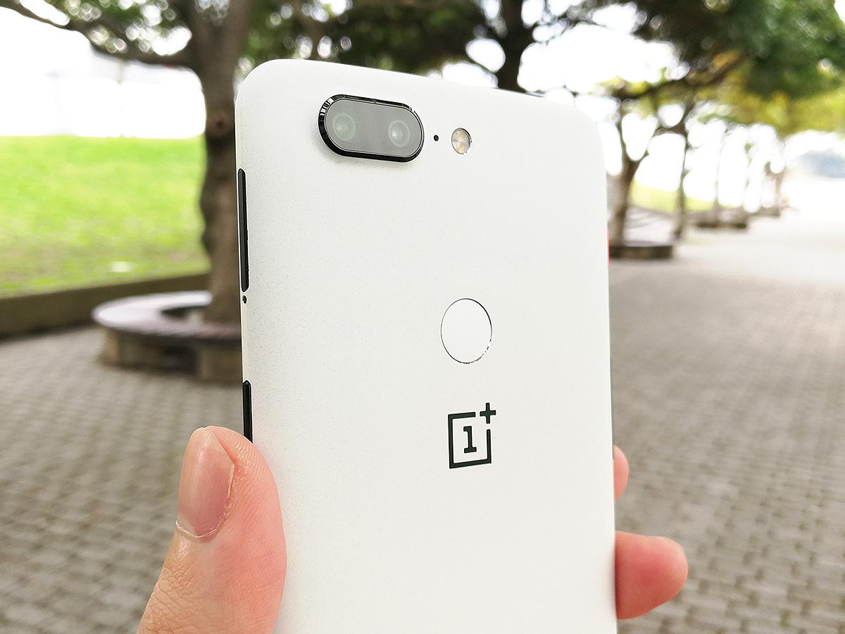 OnePlus 5T サンドストーン・ホワイト 背面上部