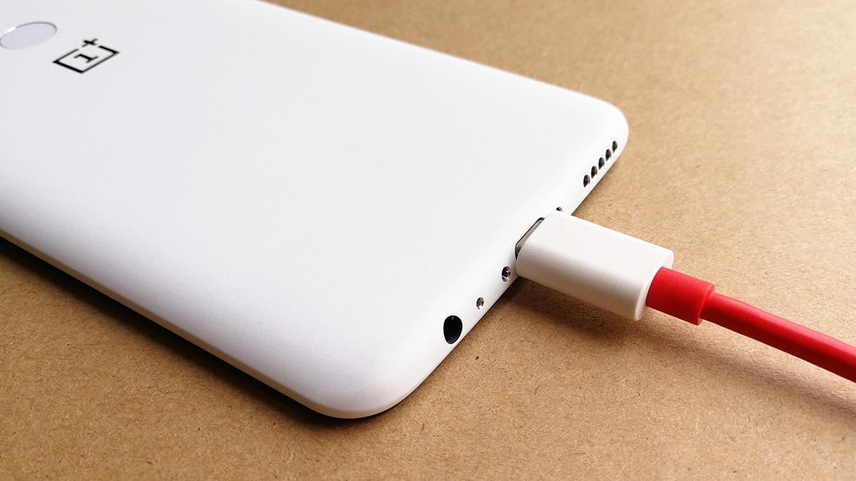 OnePlus 5T サンドストーン・ホワイト 付属のケーブルを挿し込んだ様子