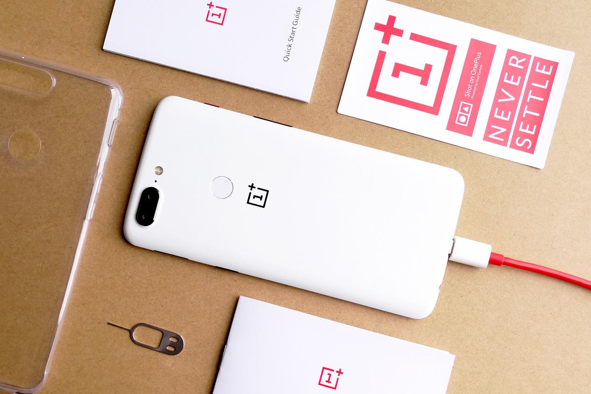OnePlus 5T サンドストーン・ホワイト 付属品たちと一緒に
