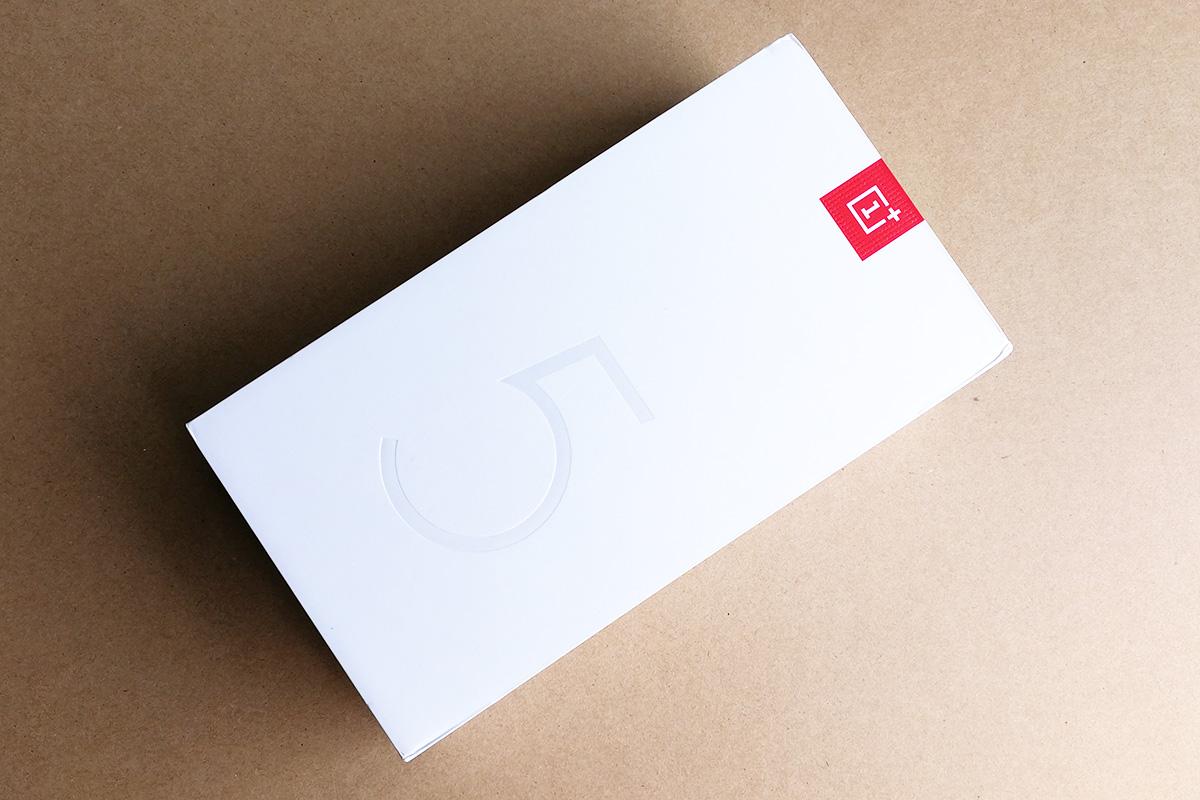 OnePlus 5T サンドストーン・ホワイト パッケージ