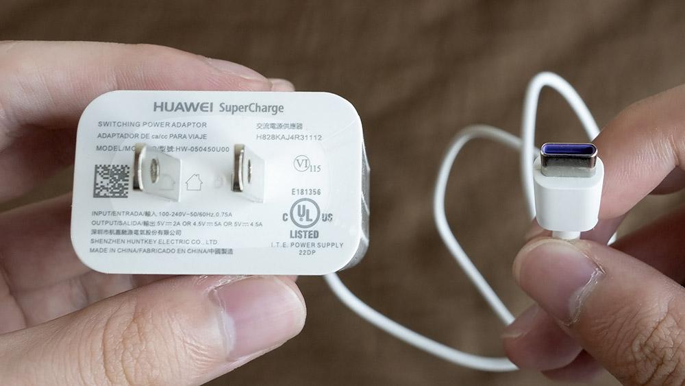 Huawei Honor 10 Huaweiスーパーチャージ対応の充電器とUSBケーブル